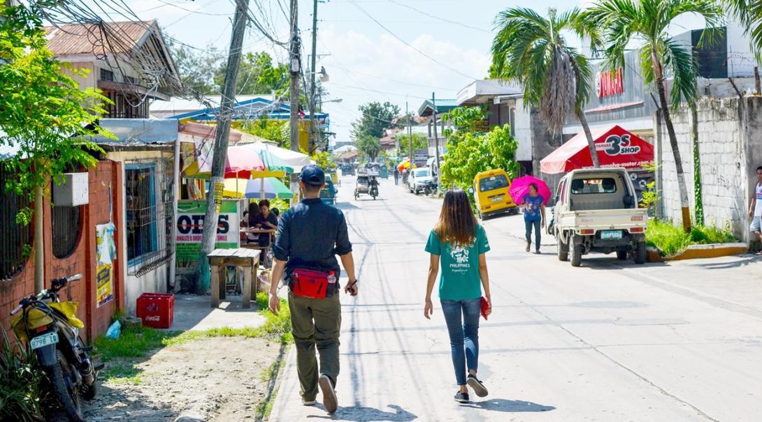 フィリピンの現地スタッフと町中を歩く英語留学生